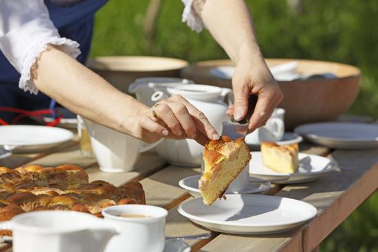 """Eben noch am Baum, schon auf dem Kaffeetisch – frisch gebackener Kuchen mit Äpfeln aus dem Bauerngarten auf einem Südtiroler Obsthof der Marke """"Roter Hahn"""" Bildnachweis: """"Roter Hahn""""/Frieder Blickle"""