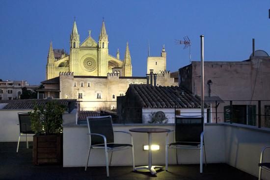 Blick von der Dachterrasse des Tres auf die Kathedrale La Seu in Palma  Foto: Ralf Kardes